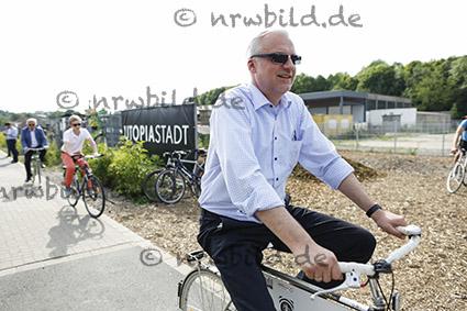 Wuppertal, 29.06.2015: Sommerreise mit Wirtschaftsminister Garrelt Duin durch das touristische NRW. Fahrt auf der Nordbahntrasse.