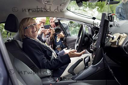 Jülich, 13.07.2015: Sommertour NRW 4.0 von Ministerpräsidentin Hannelore Kraft. FORD-Forschungszentrum. Probesitzen im Prototyp mit Stauassistent. digicam copyright: Ralph Sondermann, P o s t f a c h 3221, 40748 L a n g e n f e l d,  http://www.ralphsondermann.com  M 0172/2074420, Commerzbank Langenfeld, BLZ 34240050, Kto. 355604000. Keine Persoenlichkeitsrechte von Abgebildeten vorhanden. Nutzung nur journalistisch und gegen H o n o r a r, U r h e b e r nennung und B e l e g e x e m p l a r. Es gelten meine AGB. Abrechnung nach Honorarempfehlung der MFM. No rights of p r i v a c y  of the s h o w n p e r s o n s and o b j e c t s available. Using only j o u r n a l i s t i c and for p a y m e n t, copyright note and a u t h o r 's copy. My personal g e n e r a l conditions of b u s i n e s s and d e l i v e r y  are valid. search: Deutschland